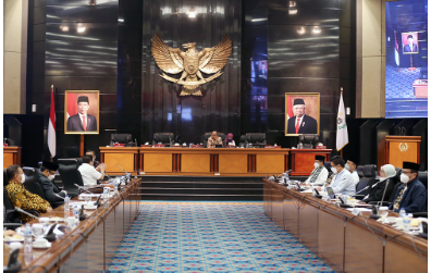 "Lima Komisi di DPRD Provinsi DKI Jakarta telah menyampaikan catatan-catatan hasil pembahasan rancangan Peraturan Daerah (Raperda) tentang Perubahan APBD Provinsi DKI Jakarta tahun anggaran 2021 dalam rapat kerja Badan Anggaran (Banggar), Jumat (22/10). Catatan-catatan yang disampaikan komisi DPRD DKI diberikan setelah melalui pembahasan Komisi-komisi bersama SKPD mitra kerja, Badan Anggaran DPRD bersama Tim Anggaran Pemerintah Daerah (TAPD) DKI Jakarta hingga besaran Perubahan APBD DKI tahun 2021 disepakati sebesar Rp79,52 triliun. Komisi A dalam salah satu catatannya meminta agar aset berkepemilikan Pemerintah Provinsi (Pemprov) yang tidak dapat ditertibkan sebaiknya diberi tanda guna mempermudah proses penindakan di lapangan. ""Kita tahu DKI Jakarta masih punya persoalan aset terutama masalah fasos fasum. Jadi sesegera mungkin prosesnya segera dipasang plang oleh Pemprov DKI Jakarta,"" kata Mujiyono, Ketua Komisi A DPRD DKI. Komisi B dalam salah satu catatannya mendorong Pemprov DKI mengevaluasi perjanjian kontrak kerja dengan pihak ketiga sebelum adanya Surat Persediaan Dana (SPD). Kebijakan tersebut harus sesuai dengan Undang-Undang Nomor 16 Tahun 2018 tentang Pengadaan Barang dan Jasa Pemerintah. Dimana salah satunya, persoalan serupa terjadi dalam pagu anggaran Dinas Perhubungan (Dishub) saat pendalaman RAPBD Perubahan DKI 2021. ""Tahapan ini sudah kita sepakati untuk dihapus,"" ujar Abdul Aziz, Ketua Komisi B DPRD DKI. Komisi C dalam salah satu catatannya merekomendasikan Bapenda agar membangun sistem online guna mengoptimalkan pengawasan terhadap perolehan pendapatan daerah. Khususnya, realisasi yang berasal 13 jenis pajak secara akuntabel dan transparan. ""Salah satunya adalah Pajak Kendaraan Bermotor yang dikelola SAMSAT DKI Jakarta,"" sambung Rasyidi HY, Wakil Ketua Komisi C DPRD DKI. Komisi D dalam salah satu catatannya merekomendasikan agar Pemprov DKI mempercepat perencanaan program pengendalian banjir secara efektif dan efisien. ""Baik untuk pengerukan di ba"