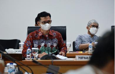 """Badan Pembentukan Peraturan Daerah (Bapemperda) DPRD DKI Jakarta menyepakati perubahan status hukum Perusahaan Daerah Air Minum (PDAM) Jaya menjadi Perusahaan Umum Daerah (Perumda). Dengan status tersebut, PDAM Jaya layak mendapatkan penyesuaian modal dasar maksimal hingga Rp34,41 triliun. Wakil Ketua Bapemperda DPRD DKI Dedi Supriadi menjelaskan, kesepakatan itu diambil setelah pihaknya mendalami usulan perubahan Perda nomor 13 tahun 1992 tentang PDAM Jaya. Revisi dinilai perlu dilakukan guna mencakup layanan kebutuhan air bersih di seluruh Ibukota dan Kabupaten Kepuluan Seribu hingga pada tahun 2030. Penyesuaian juga perlu dilakukan mengingat adanya penambahan tugas PAM Jaya dalam rangka pengelolaan Sistem Penyediaan Air Minum (SPAM) sebesar Rp10 triliun. """"Maka kita akhirnya draf yang akhirnya disiapkan di tahun 2018-2019 ini langsung kita ubah dari modal dasar dari rencana Rp23,5 triliun menjadi Rp34,41 triliun,"""" kata Dedi di Gedung DPRD DKI, Jumat (22/10). Dedi menerangkan, bahwa kesepakatan perubahan modal dasar PDAM PAM Jaya akan merevisi klausul dalam Bab VI Tentang Modal Dasar dan Modal Disetor dalam Raperda Perumda Air Minum Jaya. Dimana dalam pasal 7 ayat (1), termaktub """"Modal dasar PAM JAYA ditetapkan sebesar Rp34.410.000.000,00 (tiga puluh empat triliun empat ratus sepuluh miliar rupiah)."""" Kemudian, dalam pasal 7 ayat (2) termaktub """"Modal dasar sebagaimana dimaksud pada ayat (1) yang telah disetor per 31 Desember 2020 sebesar Rp1.351.133.601.104 (satu triliun tiga ratus lima puluh satu miliar seratus tiga puluh tiga juta enam ratus satu seratus empat rupiah)"""". Merujuk dari 2 klausul pasal tersebut, Dedi berharap agar PDAM Jaya dapat mengoptimalkan layanan penyedia air bersih sesuai perencanaan yang telah disampaikan kepada Bapemperda. """"Karena kebutuhan air bersih kita tinggi sehingga tanggung jawab pemerintah harus segera dilakukan,"""" ungkap Dedi. Sementara itu, Direktur Utama PDAM Jaya Priyatno Bambang Hernowo mengaku bersyukur atas persetujuan Bapemperd"""