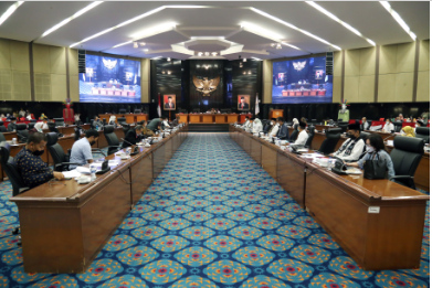Dewan Perwakilan Rakyat Daerah (DPRD) Provinsi DKI Jakarta menggelar rapat Badan Anggaran (Banggar) bersama Tim Anggaran Pemerintah Daerah (TAPD), Jumat (22/10). Rapat digelar untuk meneliti sebagai tahapan akhir pembahasan dokumen rancangan peraturan daerah (Raperda) tentang Perubahan APBD DKI Jakarta tahun anggaran 2021. Pada kesempatan itu, masing-masing komisi menyampaikan catatannya sebagai bentuk evaluasi dan perbaikan pengelolaan anggaran yang dilakukan Satuan Kerja Perangkat Daerah (SKPD).